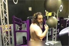 this guy works nude in the gym