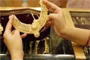 gold falls on global cues low demand