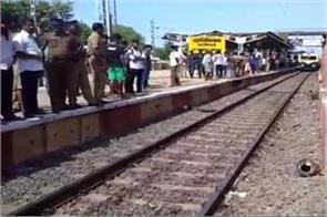 who were hanging on the foothills of the train in chennai died