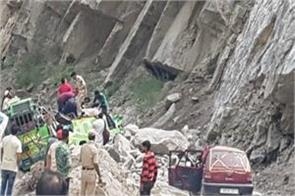 19 passengers buried and 7 dead due to falling rocks on 2 trains