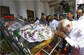 body of karunanidhi wrapped in a tricolor