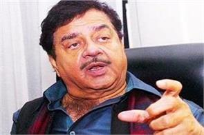 bjp workers showed black flags to shatrughan sinha
