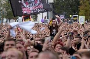 anti nazi slogans engaged in germany music concert