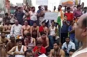 people protesting half naked in lucknow during india closed