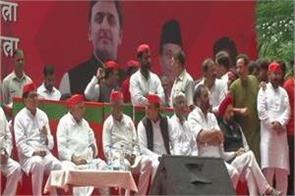 akhilesh mulayam and ramgopal appear together in jantar mantar