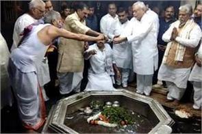 cm worshiped in vishnupad temple