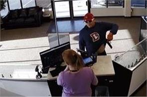 robber drops his gun then pants fall in e cigarette store