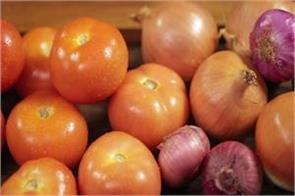 onion tomato prices held at rs 60 70 a kg in retail markets of delhi