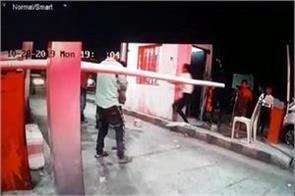 policeman s daughter attack policemen demanding toll tax in chhatarpur