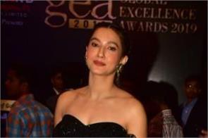 gauhar khan looks glamorous as she attend global excellence award