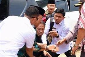indonesian security minister stabbed by suspected terrorist