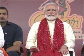 prime minister modi attended the navratri program aarti watched garba
