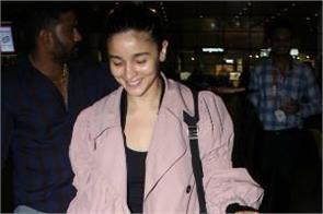 alia bhatt look stylish as she spotted at mumbai airport