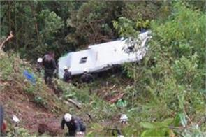 peru bus crash kills 10 on board 20 injured