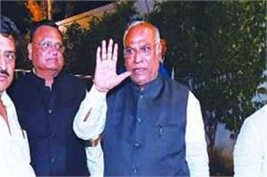 senior congress leaders left for mumbai to talk to pawar