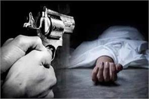 delhi woman shot dead after entering her house dies