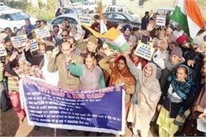 refugees protest against pending demands