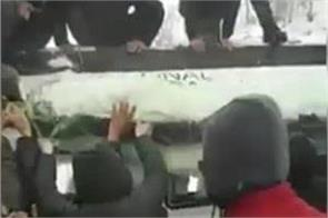 people took dead body on the roof of bus