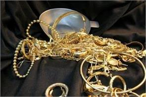 gold surges to rs 33 100 on jewellers  buying