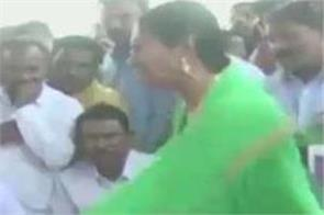 former karnataka chief minister siddaramaiah misbehaves with a woman