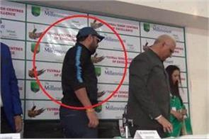 yuvraj singh angry on sharp questions of media left press conference