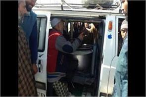 kashmiri people distribute to truck drivers