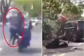 man tries to stop snatch thief by hanging on his neck for 500 metres viral video