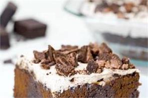 cookie cream poke cake