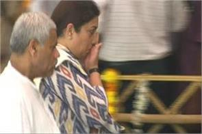 smriti irani gets emotional as she pays last respects to goa cm manohar parrikar