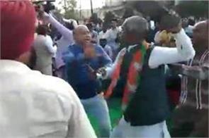 bjp leader shouted slogans on farmer leader