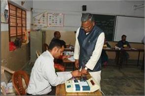 cm rawat casts vote