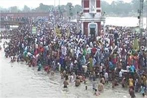 a huge crowd in haridwar ghats on the baisakhi festival
