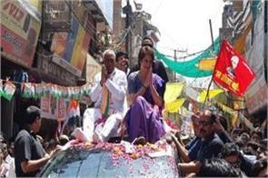 priyanka gandhi vadra road show in jhansi and jalaun