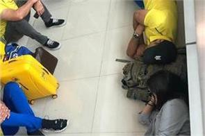 dhoni and sakshi sleep on the ground photo gets viral