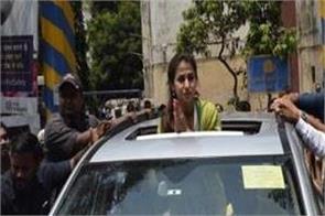 fight between congress and bjp workers in urmila road show