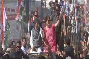priyanka s roadshow in ruckus sloganeering between congress bjp supporters