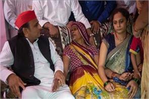 akhilesh yadav meet from the family of shaheed rohit