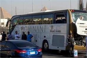 egypt explosion injures 17 tourists near giza pyramids