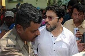violence does not stop in west bengal now attack on the convoy of babul supriyo