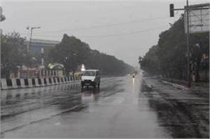 light rain accompanied by strong winds in delhi