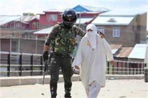 security perssonel save old women from stonepelting in kashmir