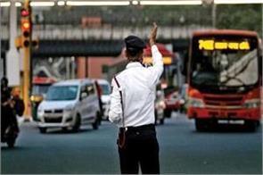 do not wear helmet hit policeman make video viral