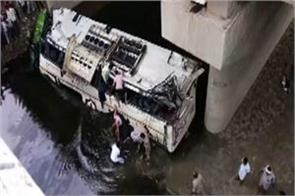 up 29 dead as bus falls into drain on yamuna expressway
