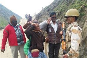 itbp administering oxygen to pilgrims of amarnathyatra in baltal
