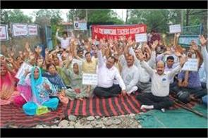 teachers protest against govt