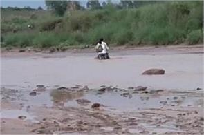viral video of two guys who trapped in river
