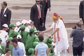 pm modi reached among children at red fort