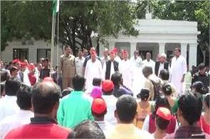 sp patron mulayam hoisted the tricolor at the party headquarters