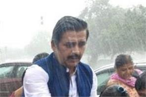 ravi kishan stopped the car and helped kids in the rain