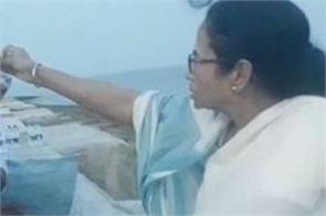 ips officer touched feet of mamta banerjee